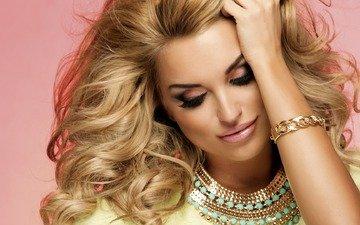 девушка, блондинка, портрет, взгляд, лицо, руки, браслет, макияж, украшение, ресницы