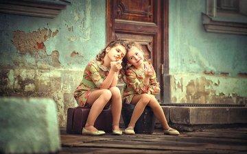 дверь, дети, девочки, леденцы, сидят, подружки, чемоданы