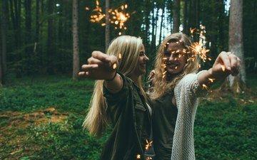 природа, лес, настроение, улыбка, девушки, волосы, бенгальские огни