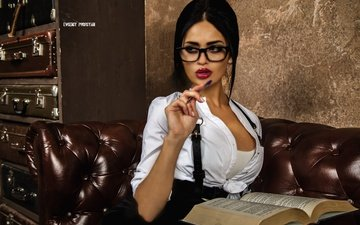 ручка, девушка, поза, брюнетка, взгляд, очки, юбка, сидит, диван, книга, блузка, маечка, nita kuzmina, нита кузьмина