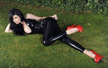трава, девушка, брюнетка, лежит, модель, грудь, ножки, латекс, каблуки, туфли, lilly roma