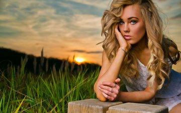 трава, закат, девушка, блондинка, взгляд, волосы, лицо, голубоглазая