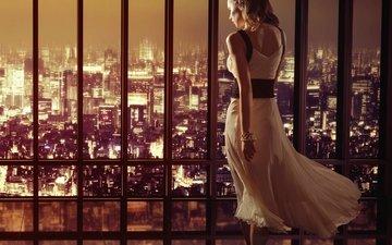 девушка, отражение, город, спина, волосы, окно, браслет, каблуки, туфли, белое платье
