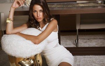 девушка, взгляд, модель, сидит, губы, руки, браслет, макияж, белое платье