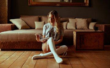 подушки, блондинка, модель, ножки, мебель, журнал, диван, футболка, фотосессия, гольфы, сидя, чтение, джинсовые шорты