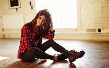 девушка, улыбка, модель, джинсы, волосы, обувь, рубашка, фотосессия, сидя, руки в волосах