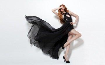 девушка, поза, танец, ножки, белый фон, туфли, черное платье, рыжеволосая