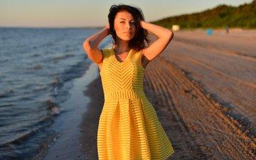 вода, берег, девушка, песок, пляж, взгляд, волосы, лицо, стоит, желтое платье
