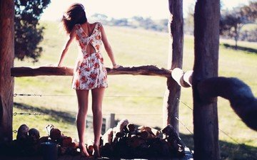 девушка, платье, брюнетка, забор, романтика, фотосессия, босиком