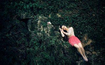 ночь, растения, лес, девушка, взгляд, модель, камень, волосы, лицо, темнота