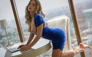 девушка, взгляд, модель, грудь, волосы, лицо, позирует, синее платье, ольга кобзарь