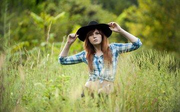 трава, девушка, взгляд, лицо, шляпа, рубашка, рыжеволосая