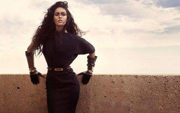 девушка, взгляд, меган фокс, волосы, лицо, пояс, черное платье, перчатки