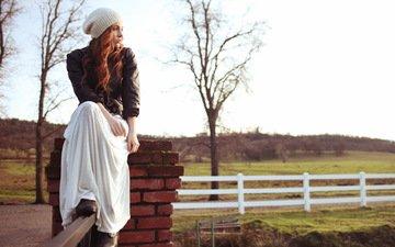 девушка, взгляд, забор, рыжая, сидит, шапочка, белое платье