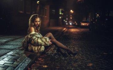 вечер, девушка, блондинка, сидит, туфли, мех, тротуар, шуба