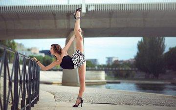 девушка, мост, забор, улица, ноги, растяжка, шпагат, гимнастика, melanie coer