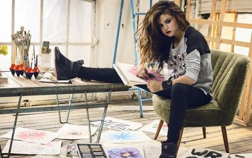 девушка, стол, джинсы, макияж, селена гомес, сидя