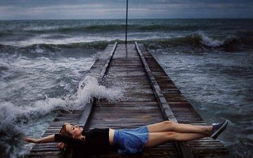 берег, волны, девушка, море, горизонт, взгляд, пирс, лежит, модель, волосы, лицо