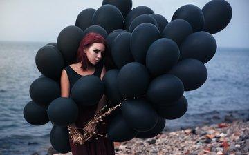 берег, девушка, море, пляж, грусть, макияж, черное платье, камешки, воздушные шарики