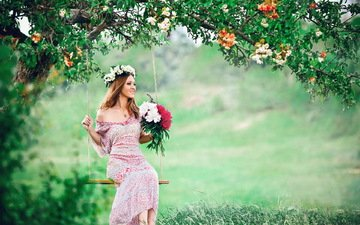 цветы, трава, дерево, девушка, улыбка, лето, букет, венок, качели