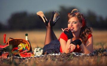 девушка, поле, еда, взгляд, лежит, волосы, лицо, корзина, каблуки, макияж, пикник