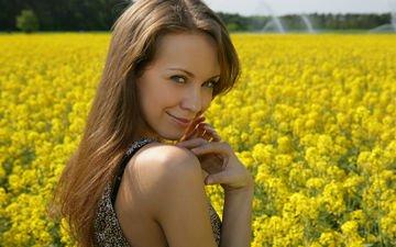 девушка, поза, улыбка, взгляд, модель, волосы, лицо, руки, полевые цветы, наташа ларина