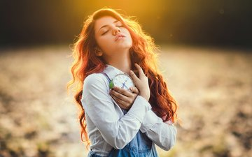 девушка, часы, рыжая, рубашка, будильник, комбинезон, закрытые глаза, delaia gonzalez