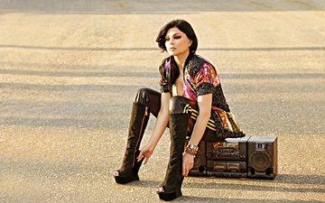 девушка, брюнетка, взгляд, волосы, лицо, актриса, певица, магнитофон, сапоги, сидя, haifa wehbe, хайфа вахби