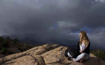 горы, скалы, тучи, девушка, поза, блондинка, модель, растительность, сидя