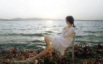 озеро, берег, девушка, платье, поза, брюнетка, стул, модель, ножки, сидя