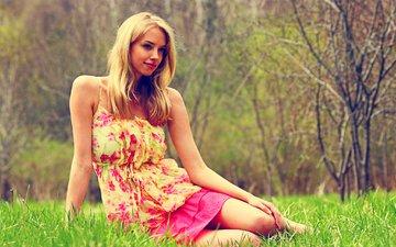 трава, девушка, платье, блондинка, улыбка, взгляд, модель, волосы, лицо