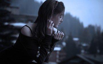 девушка, настроение, брюнетка, взгляд, одиночество, балкон, бусы, закрытые глаза