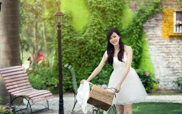 девушка, улыбка, брюнетка, взгляд, волосы, скамейка, азиатка, велосипед, белое платье, корзинка