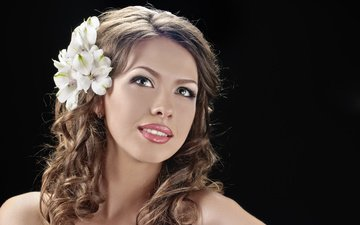 глаза, цветы, девушка, улыбка, портрет, взгляд, волосы, черный фон, лицо, прическа, шатенка