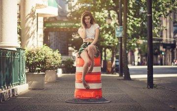 дорога, девушка, взгляд, улица, модель, ножки, волосы, лицо, позирует, сидя