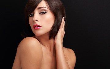 девушка, портрет, взгляд, модель, волосы, черный фон, губы, лицо, макияж, помада, стрижка, голые плечи
