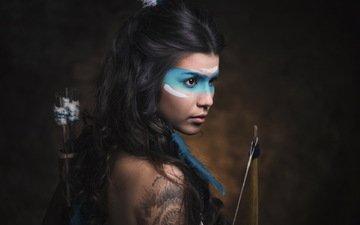 глаза, девушка, портрет, брюнетка, краска, модель, лук, лучница, темнота, татуировка, макияж, фотосессия, стрелы, раскрас