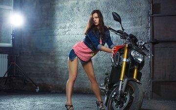 девушка, поза, взгляд, ножки, волосы, лицо, мотоцикл, гараж, ямаха, джинсовка, audrey