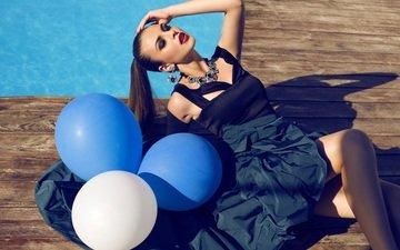девушка, поза, модель, бассейн, волосы, лицо, макияж, колье, воздушные шарики, закрытые глаза