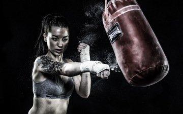 девушка, модель, татуировки, черный фон, руки, удар, бокс, груша