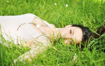 трава, девушка, брюнетка, взгляд, лежит, волосы, лицо, майка, кареглазая, кариглазая