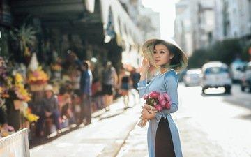 дорога, цветы, девушка, город, взгляд, волосы, букет, лицо, шляпа, азиатка