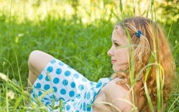 трава, девушка, блондинка, взгляд, лежит, волосы, лицо, сарафан