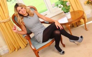 девушка, блондинка, взгляд, стул, модель, ножки, губы, кресло, татуировка, фигура, danni b