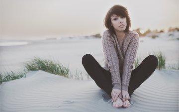 глаза, девушка, море, песок, пляж, взгляд, ножки, волосы, лицо, руки, свитер