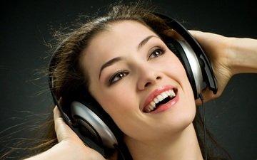девушка, улыбка, музыка, взгляд, наушники, волосы, черный фон, лицо