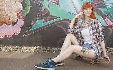 девушка, взгляд, стена, рыжая, сидит, волосы, лицо, татуировка, граффити, скейтборд