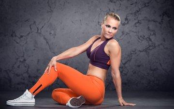 сидит, спортсменка, спортивная одежда, йога, на полу