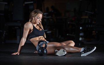 девушка, сидит, кроссовки, спортсменка, фитнес, гири, спортивная форма