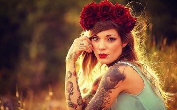 цветы, девушка, взгляд, татуировки, волосы, губы, лицо, руки, венок